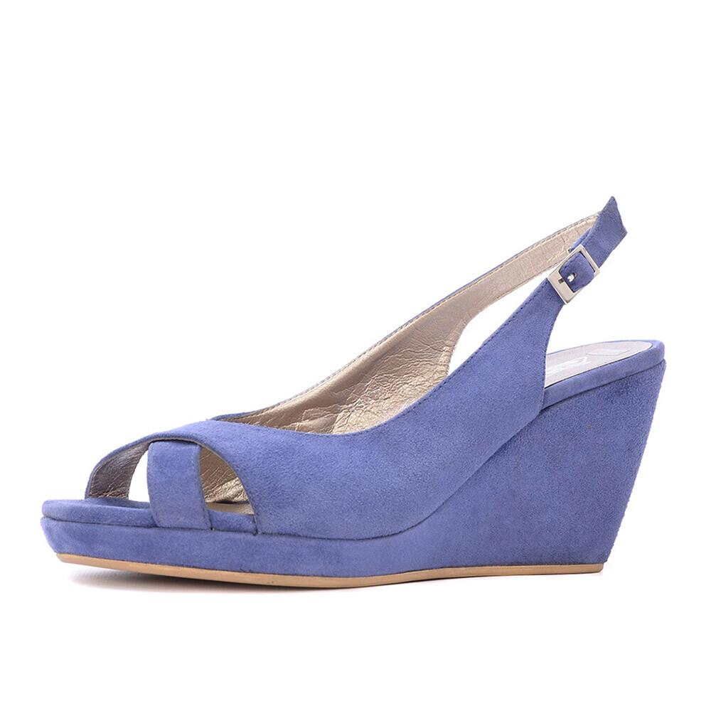 Suède sandaal met subtiele plateauzool van het merk spm, uitgevoerd in een paars blauwe kleur. bij de hiel is ...